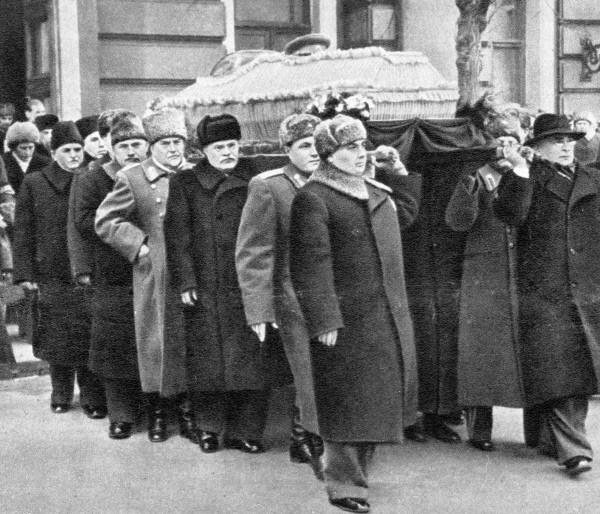 Руководители партии и правительства Лаврентий Берия (1 справа), Георгий Маленков (1 слева), Вячеслав Молотов (3 слева), Николай Булганин (4 слева) и Лазарь Каганович (5 слева) несут гроб с телом Иосифа Сталина.