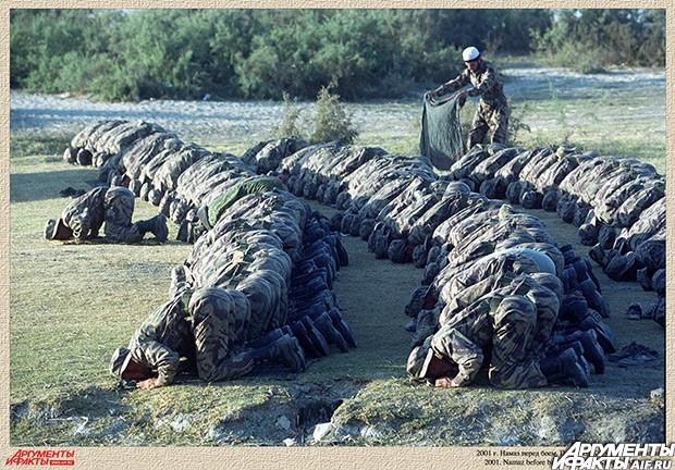 2001 г. Намаз перед боем. Пригород Кабула в Афганистане