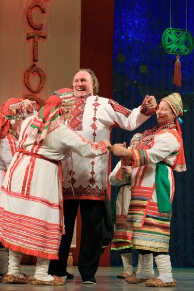 Жерару Депардье надевают мордовскую национальную рубаху на сцене Театра оперы и балета в Саранске.