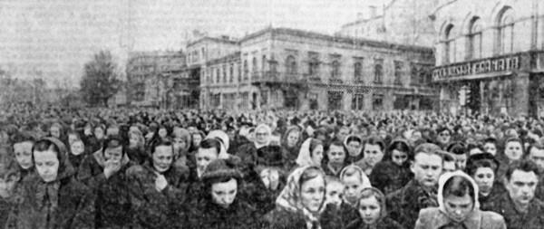 Жители Риги собрались на траурный митинг в момент похорон Иосифа Сталина.