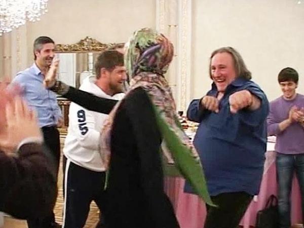 В честь приезда Депардье глава Чечни Рамзан Кадыров устроил торжественный ужин, во время которого выступили чеченские артисты и танцевальные коллективы. Во время исполнения лезгинки Депардье присоединился к танцорам.