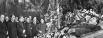 Руководители партии и правительства у гроба Иосифа Сталина. Первый ряд слева направо: Вячеслав Молотов, Лазарь Каганович, Николай Булганин, Климент Ворошилов, Лаврентий Берия, Георгий Маленков. Второй ряд слева направо: Никита Хрущев, Анастас Микоян и дру