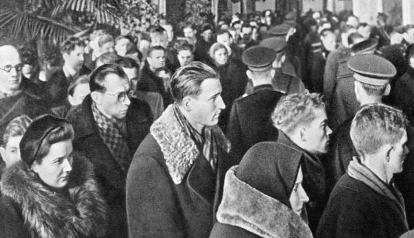 Жители Москвы проходят мимо гроба с телом Иосифа Сталина во время церемонии прощания в Колонном зале Дома Союзов.