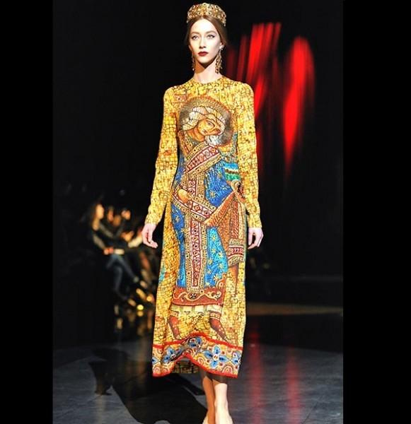 Дизайнеры выпустили на подиум манекенщиц в откровенных платьях с принтами с православными мозаиками из византийских церквей.