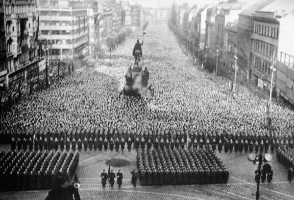 Траурный митинг в Праге в час похорон Иосифа Виссарионовича Сталина 9 марта 1953 года.