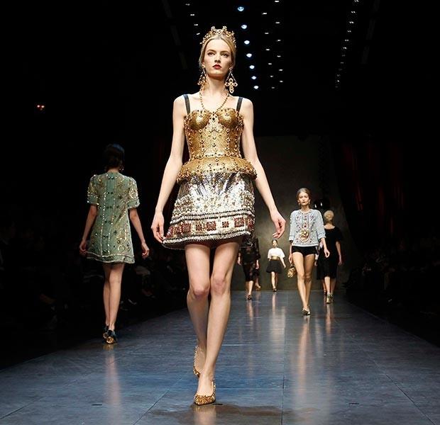 """Короткое """"золотое"""" платье на бретельках с расклешенной юбкой"""