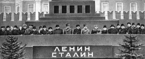 Трибуна Мавзолея в день похорон Иосифа Виссарионовича Сталина. На трибуне Мавзолея высшее руководство СССР.