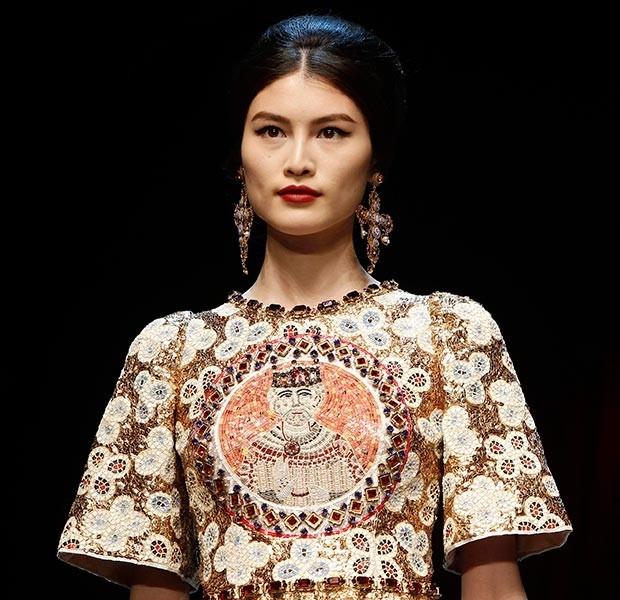Кресты в коллекции Дольче и Габбана не равносторонние, что свойственно византийской культуре, а вытянутые – именно такую форму кресты обрели впоследствии. <br>Дело в том, что мода на подобный образ уже заявлена, причем ни один раз. <br>Дом Chanel два раза