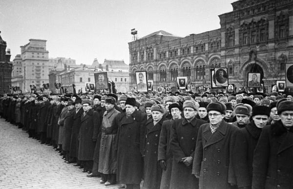 Похороны И. В. Сталина на Красной площади.  Трудящие столицы на траурном митинге.