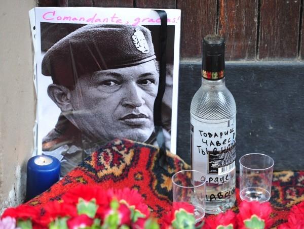 Портрет Уго Чавеса и бутылка водки со стопками у посольства Венесуэлы в Москве, где проходят траурные мероприятия в связи с кончиной президента.