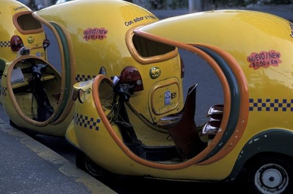 Тёплая погода на Кубе и небольшие расстояния позволяют использовать в качестве такси мопеды.