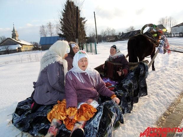 К пяти вечера бабушки на санях в конной упряжке отправляются зазывать народ на праздник