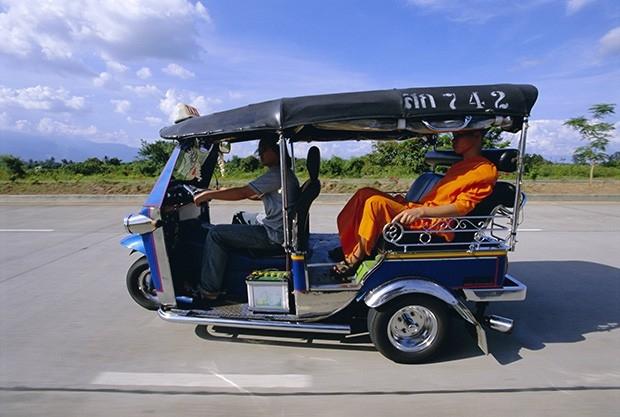 Таиландские буддисты не прочь бесплатно проехаться на моторикше.