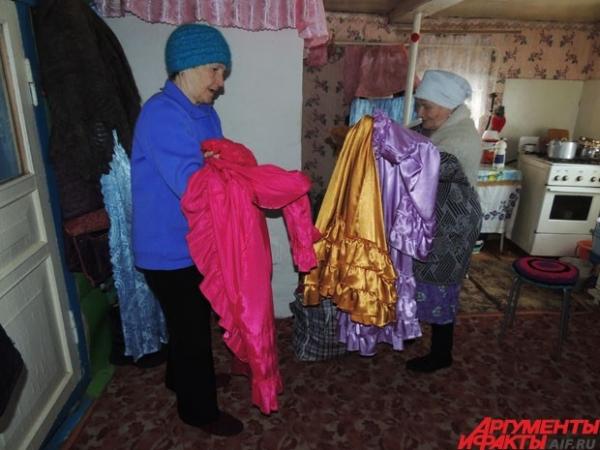 К полудню в избе на другом конце деревни собираются бабушки – местный творческий коллектив.
