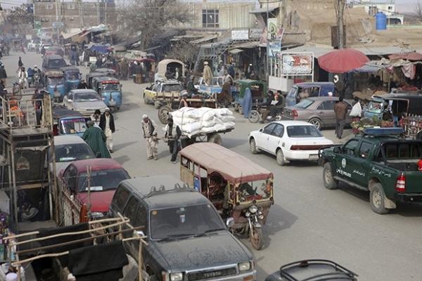 На улицах городков Афганистана можно встретить и рикшу и вполне современное такси
