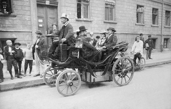 Эти моторизированные извозчики ещё не знали, что через пару десятков лет будут назваться таксистами. 1895 г.