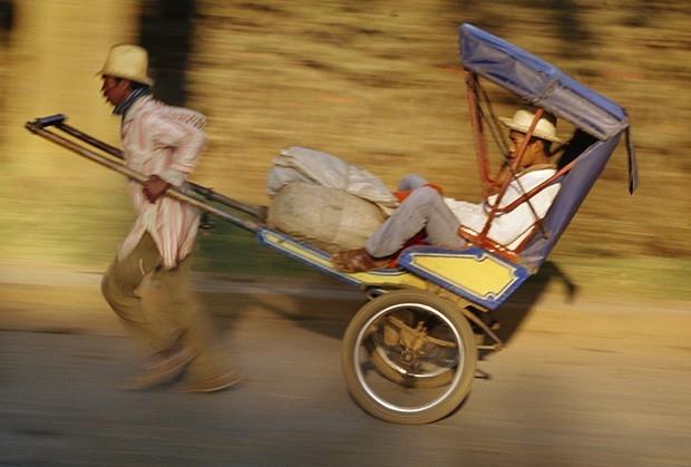 Даже у самых бедных азиатов хватает денег, чтобы иногда отдохнуть при поездке на рикше.