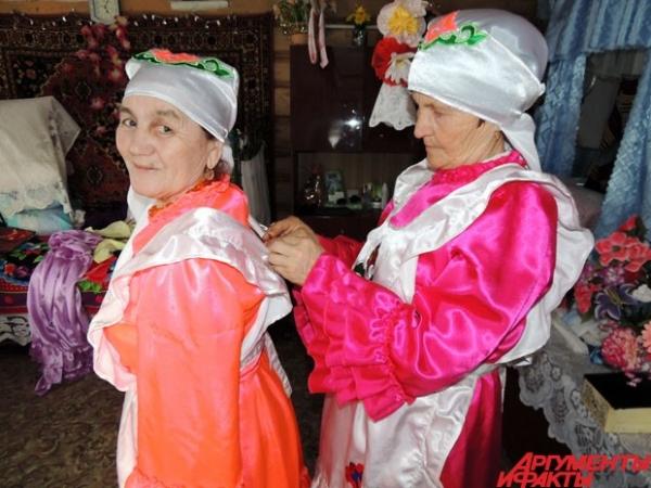 Женщины наряжаются в яркие национальные платья