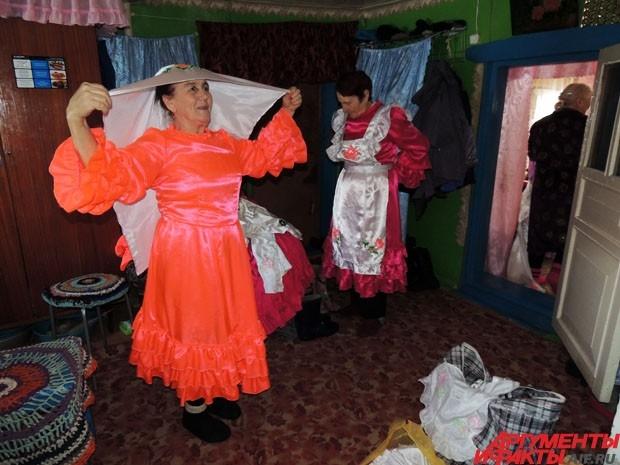 Женщины наряжаются в яркие национальные платья, на голову поверх шерстяной шапки «по-татарски» повязывают белый платок с вышивкой