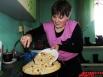 Закончив с делами, Гульсина принимается месить тесто для татарских национальных пирогов – губадии (с рисом, изюмом) и беляша (с мясом, картошкой)