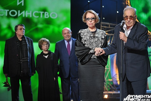 Актриса Инна Чурикова (слева), получившая приз в номинации «За честь и достоинство»