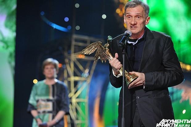 """Сценарист Юрий Арабов, получивший премию """"Ника"""" за сценарий к фильмам """"Фауст"""" и """"Орда"""", на церемонии награждения."""