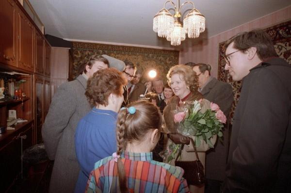 Премьер-министр Великобритании Маргарет Хильда Тэтчер (в центре с цветами) в одной из квартир в Крылатском во время знакомства с новым микрорайоном столицы в рамках ее официального визита в СССР.