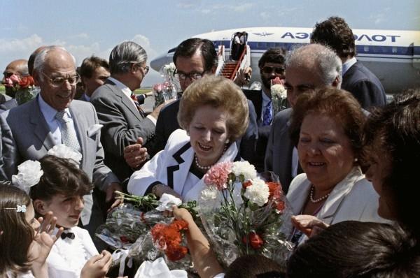 Рабочий визит в СССР премьер-министра Великобритании Маргарет Тэтчер. Поездка в Армянскую ССР в Ленинакан. Во время встречи в аэропорту. 1980