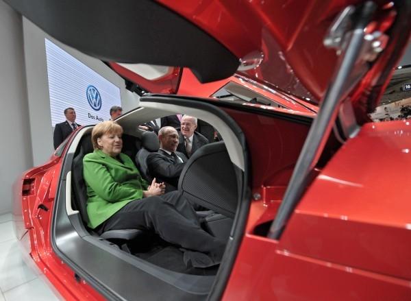 """Ангела Меркель и Владимир Путин во время посещения""""Ганновер-2013"""" побывали на стенде Volkswagen."""