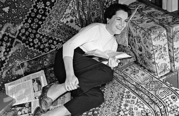 Элина Быстрицкая у себя дома. 1958