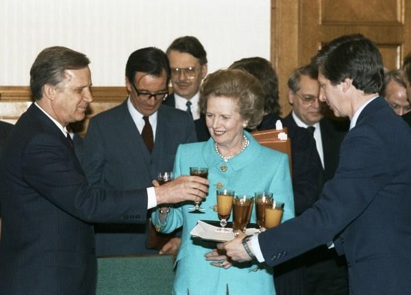 Член Политбюро ЦК КПСС, Председатель Совета Министров Николай Рыжков (слева) на встрече с Премьер-министром Великобритании Маргарет Тэтчер (в центре).