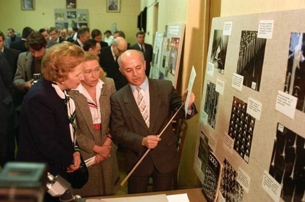 Премьер-министр Великобритании Маргарет Хильда Тэтчер (1925 г. р.) (слева) во время посещения Института кристаллографии АН СССР в рамках ее официального визита в СССР. 1987