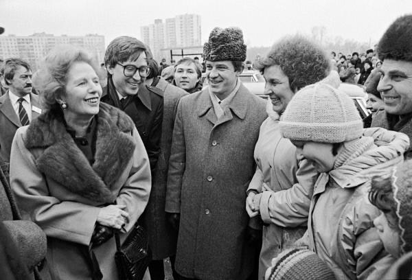 Преммьер-министр Великобритании Маргарет Тэтчер во время своего официального визита в СССР посетила новый микрорайон Москвы - Крылатское и побеседовала с его жителями. 1987
