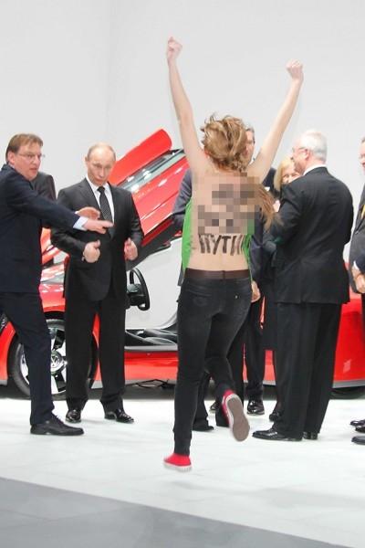 Участницы организации Femen устроили акцию на Ганноверской выставке.