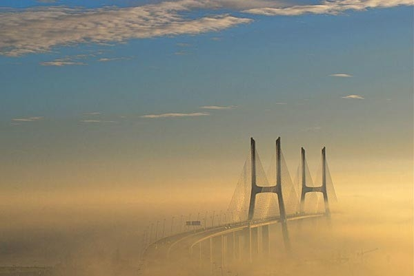 9. Мост Васко да Гама, Лиссабон, Португалия. Вантовый мост, переходящий в виадук. Является самым длинным мостом в Европе (включая виадуки), его длина составляет 17.2 км. (Фото F Mira)