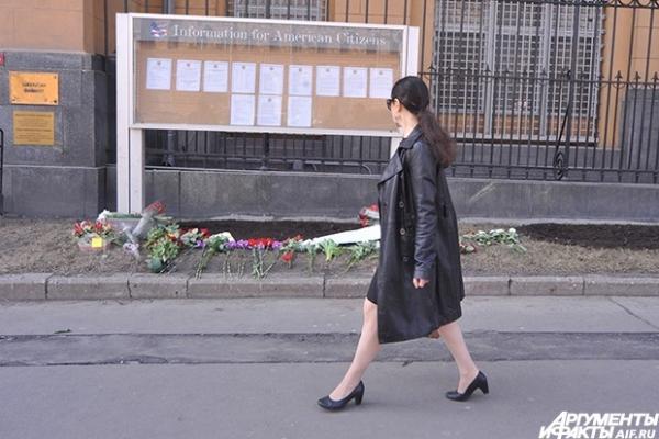 Россияне несут цветы к посольству США в Москве