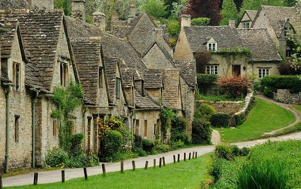 12. Bibury — самая старинная деревня Англии. Это самые старые населенные здания в Англии, они были первоначально построены в 1380 как монашеский шерстяной магазин и преобразованы в дома ткачей для соседнего Завода Arlington в 17-ом столетии. Как говорят B