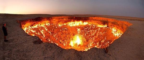 8. Дарваза (перс. «врата») — газовый кратер в Туркменистане. Подробнее читайте в статье «Врата ада. Туркменистан». (Фото Tormod Sandtorv):