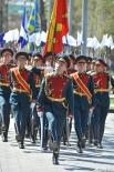 Вдоль монумента прошли военнослужащие Московского военного гарнизона, представляющие все роды и виды Вооружённых сил.