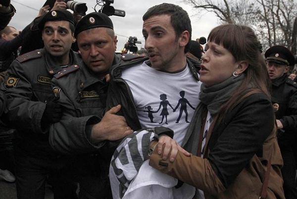 Сотрудники полиции задерживают православного активиста Дмитрия Энтео (Цорионова).