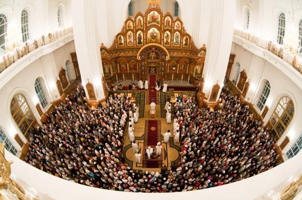 Верующие на пасхальном богослужении в Благовещенском кафедральном соборе Воронежа.