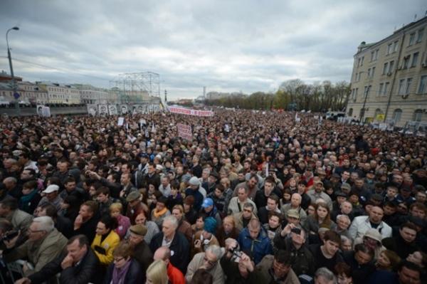 Митинг оппозиции прошел без нарушений, хотя нескольких человек задержали за пребывание в масках и подростка за поджог файера.