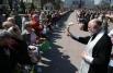 Священник во время освящения куличей и пасхальных яиц перед началом празднования Пасхи у храма Христа Спасителя в Калининграде.