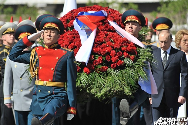 Владимир Путин лично почтил память погибших участников Великой Отечественной войны в канун 68-й годовщины Победы и поздравил принимающих участие в церемонии с наступающим праздником.