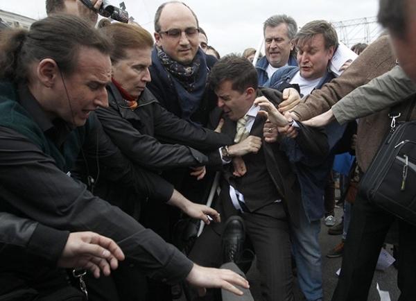 Участники акции выгоняют с Болотной площади группу молодых людей, называющих себя православными активистами.
