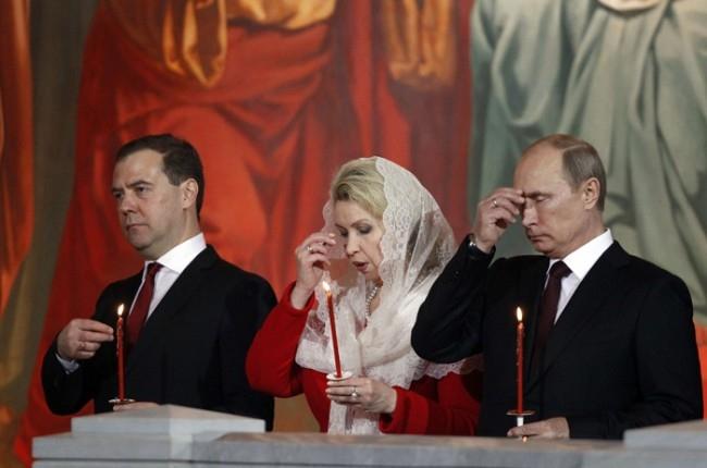 Дмитрий Медведев с супругой Светланой и Владимир Путин на пасхальном богослужении в Храме Христа Спасителя.