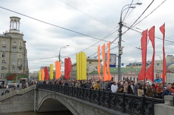 Демонстранты идут по Малому каменному мосту.