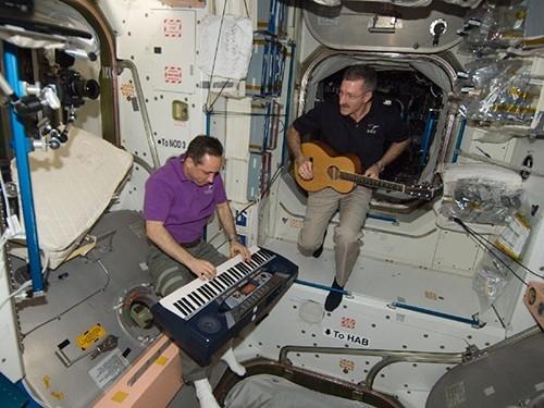 Концерт на орбите. Астронавт НАСА Дэн Бербанк и российский космонавт Антон Шкаплеров музицируют в нерабочее время.