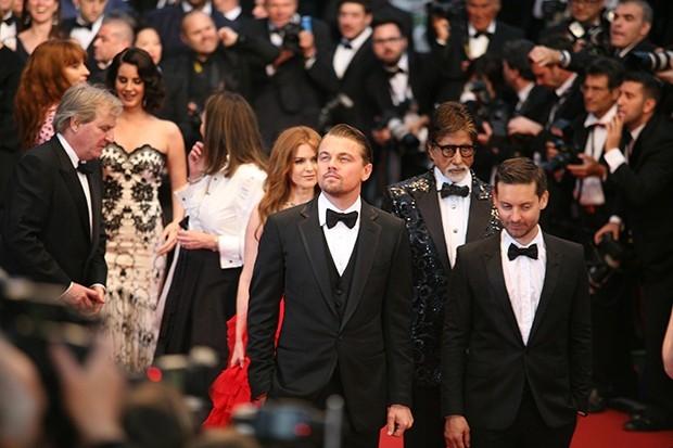Показав себя во всей красе фотографам, звезды направились в зал, где стартовала, собственно сама церемония открытия.