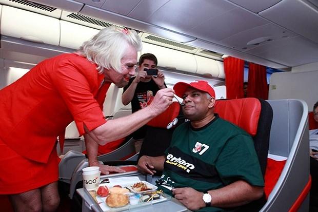 По прилету в место назначения, глава AirAsia поспешил «уволить» неуклюжую стюардессу.